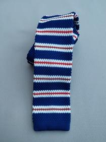 Kék csíkos kötött nyakkendő